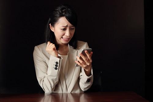 電話に怯える女性