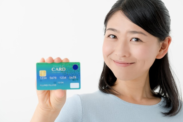クレジットカードを持つ主婦