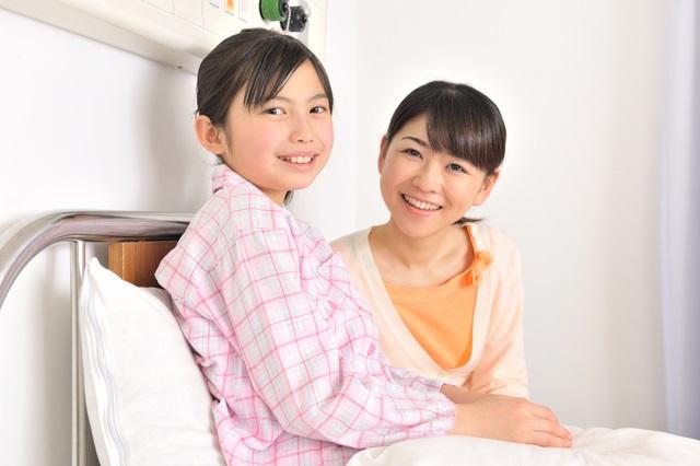 入院する子供と母親