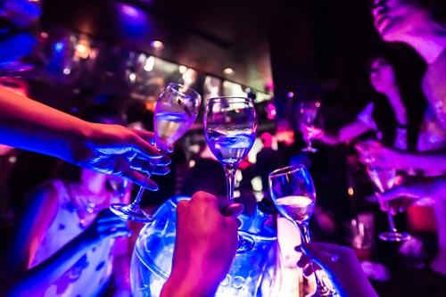 クラブで乾杯