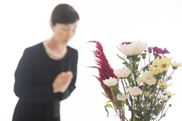 喪服の女性