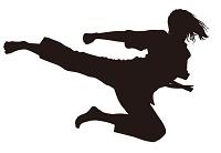 飛び蹴りする女性