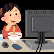 PCの前で食事する女性